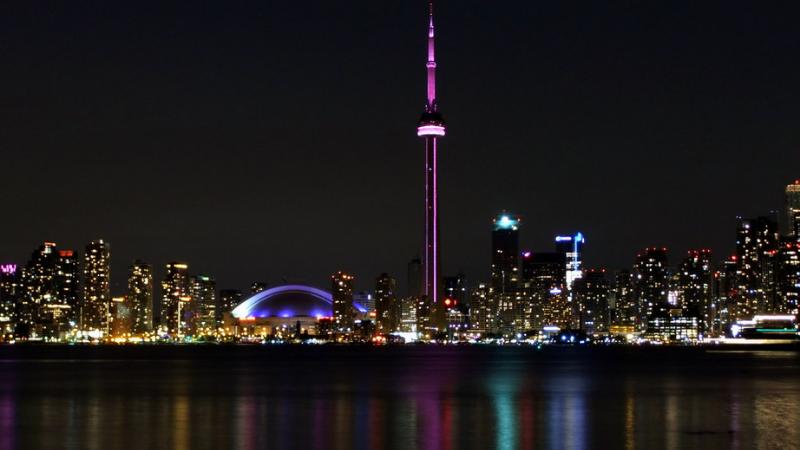 Vista noturna na CN Tower em Toronto