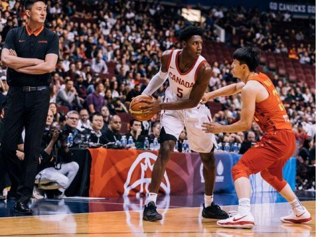 Assistir a um jogo de basquete no Canadá
