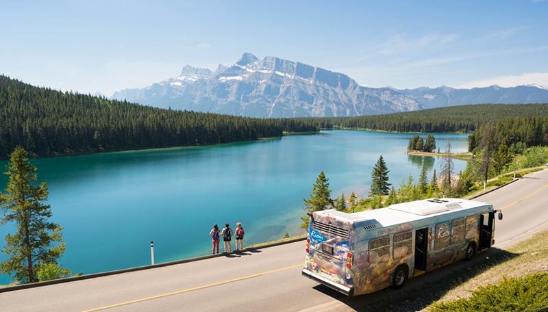 Linda estrada do Parque Nacional em Banff
