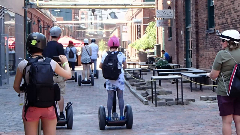 Turistas no passeio de patinete elétrico em Toronto
